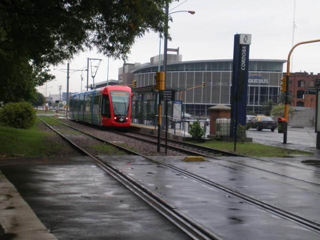 Trenzinho - Parada Cordoba e Buquebus ao fundo.
